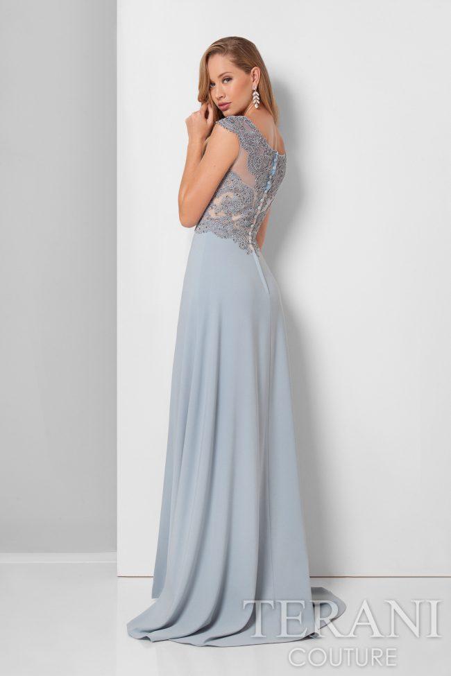 Švelniai žydra suknelė su skeltuku