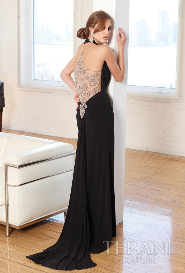 Juoda prabangi proginė suknelė pagilinta iškirpte
