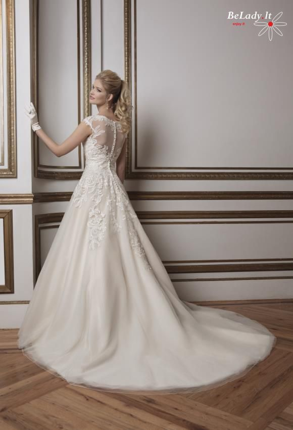 Auksinė vestuvinė suknelė be rankovių