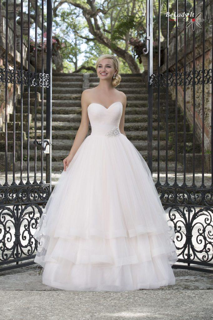 Vestuvinė suknelė atvirais pečiais
