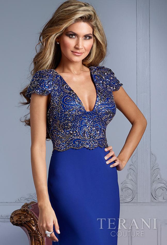 Mėlyna ilga suknelė trumpomis rankovėmis ir gilia V formos dekolte