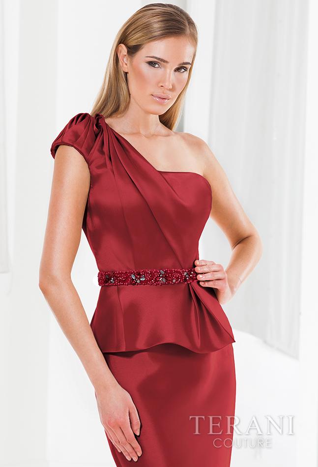 Vyno spalvos proginė suknelė per vieną petį