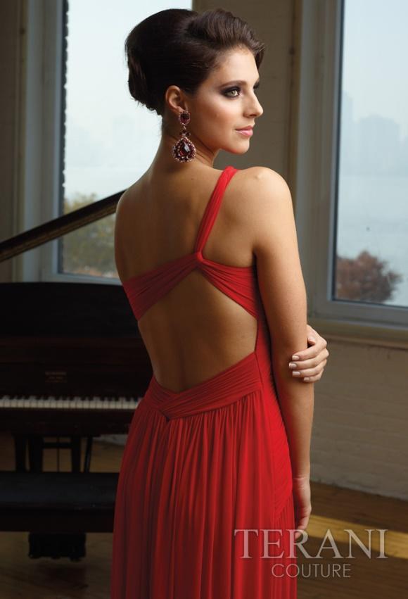 Raudona proginė suknelė per vieną petį