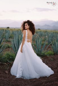 Laisvo kritimo boho stiliaus tiulio vestuvinė suknelė